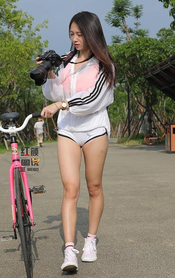 红颜图说 街拍性感美女摄影师 白色透视外套与红色运动内衣加安全短裤