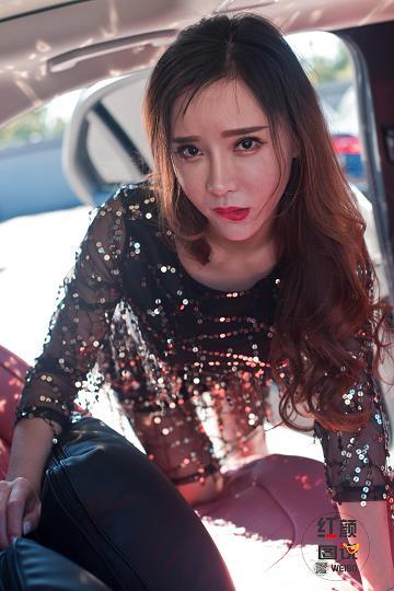 红颜图说 洗车场上的诱惑 性感美女黑色透视连衣裙