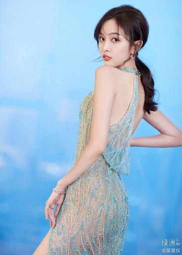 吴宣仪穿刺绣薄纱羽翼长裙 露大长腿美背造型大胆
