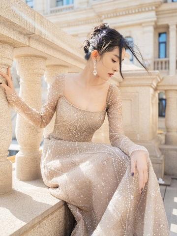 杨幂穿抹胸裙秀性感身材,上围饱满到衣领包不住,还戴80万项链